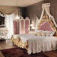 Кровать с позолотой из массива дерева