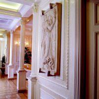 Декорирование стены гостиной в духе античности