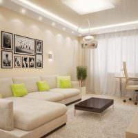 Яркие подушки на светлом диване
