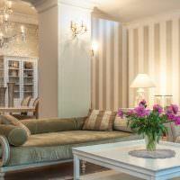 Розовые пионы в гостиной с полосатыми обоями
