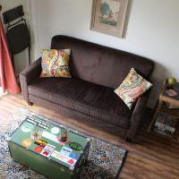 Темный диванчик в домике-вагончике