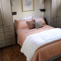 Розовый текстиль в интерьере спальни