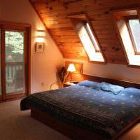 Мансардные окна на кроватью супругов