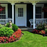 Крыльцо частного дома с белой дверью