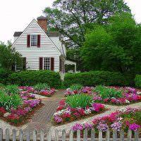 Цветники в палисаднике загородного дома