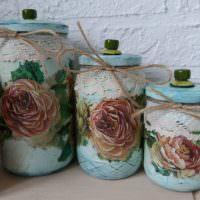 Нарисованные розы на боках банок