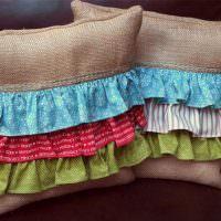 Декор подушки цветными полосками ткани