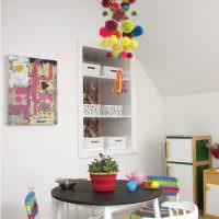 Гирлянда из мягких шариков над детским столиком