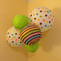 Красивые шары в углу комнаты с желтыми стенами