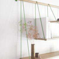 Простые полочки в декоре современной квартиры