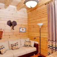 Уютная гостиная с деревянной обшивкой стен