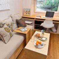 Рабочий стол вместо подоконника в комнате загородного дома