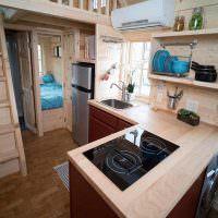 Кухня дачного дома с встроенной варочной поверхностью