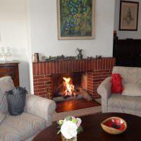 Мягкие кресла перед камином в доме