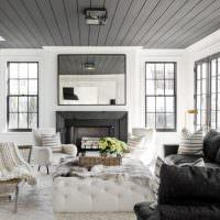 Серый потолок в гостиной с белыми стенами
