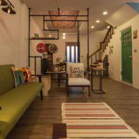Полосатая дорожка перед зеленым диваном