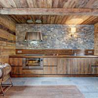 Деревянная кухня с каменным фартуком