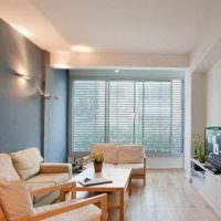 Дизайн гостиной со стенами разного цвета
