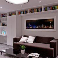 Книжные полки под потолком гостиной