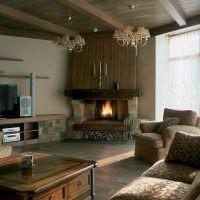 Деревянная отделка потолка в гостиной с камином