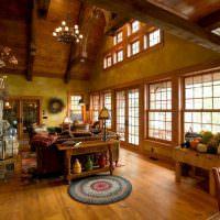 Гостиная в деревенском стиле с большими окнами