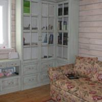 Старый шкаф в углу гостиной частного дома