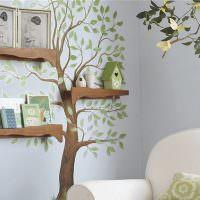 Дерево с полочками на стене детской комнаты