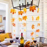 Гирлянды из осенних листьев над обеденным столом