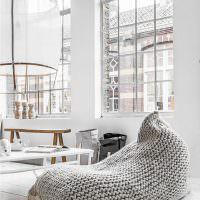 Вязаный мешок вместо кресла в гостиной
