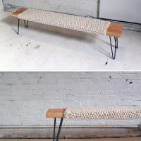 Декор деревянной лавки вязаным чехлом