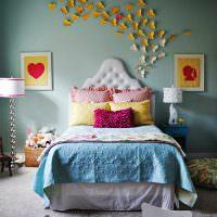 Стайка бумажных бабочек на стене в спальной комнате