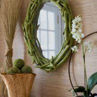 Рама для зеркала из зеленых веток