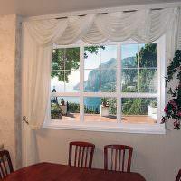 Шторы с ламбрекеном на кухонном окне