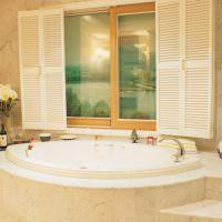 Окно со ставнями в ванной комнате