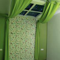Зеленые шторы на потолочном окне