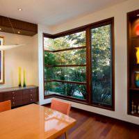Угловое окно с видом на тропический пейзаж