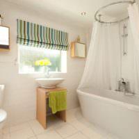 Белая ванна с прозрачным балдахином