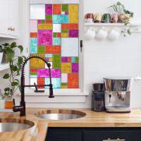 Небольшое окно с витражами над кухонной мойкой
