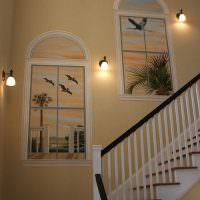Декор стены на лестнице с помощью фальш-окон
