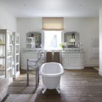 Белая ванна по центру комнаты частного дома