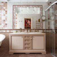 Деревянная мебель в ванной комнате частного дома