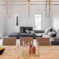 Вместительный диван серого цвета