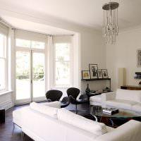 Белые диваны в светлой гостиной