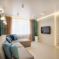 Комбинированные шторы в гостиной с белыми стенами