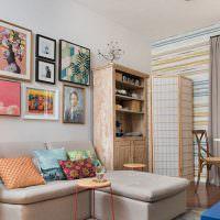 Украшение картинами стены над диваном