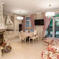 Кухня-гостиная с камином в загородном доме