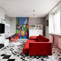 Красный диван в гостиной панельного дома
