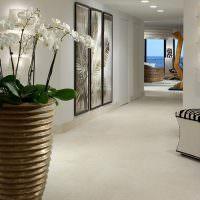 Дизайн холла с напольной вазой
