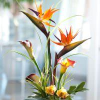 Стеклянная чашка с искусственными цветами