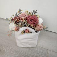 Керамическая ваза с ручками белого цвета